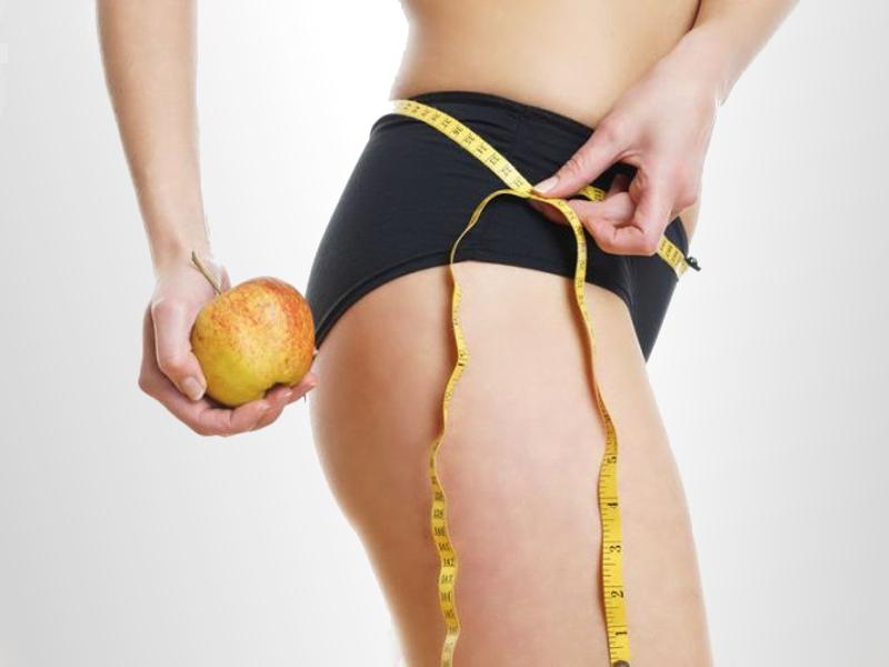 Mujer a dieta midiendo su cintura con un metro